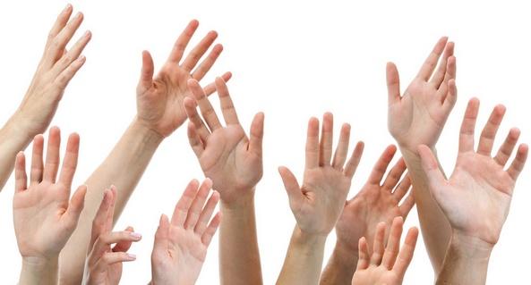Foto van opgestoken handen.