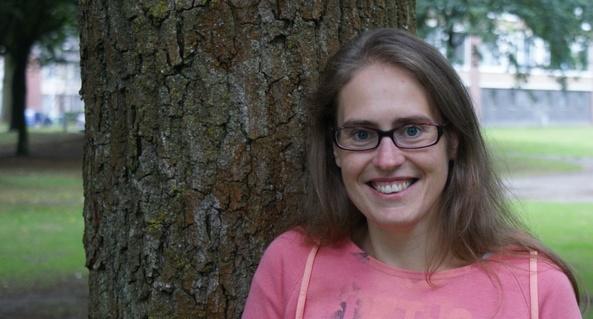 Foto van Anneke Kuijken naast een boom.