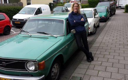 Foto van Ellen Mannens bij haar zeegroene Volvo.