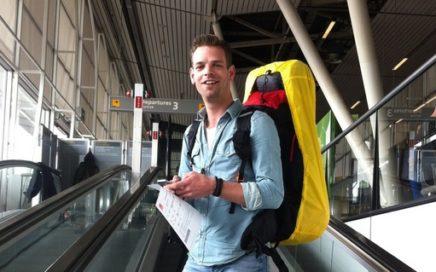 Foto van Kay Sijbrandij op weg naar de vertrekhal van Schiphol.