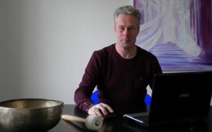 Foto van Koen Jurgens achter zijn bureau.