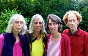 Foto van Jeanette, Leonoor, Marthe en Erik van woongroep Contact & Muziek.