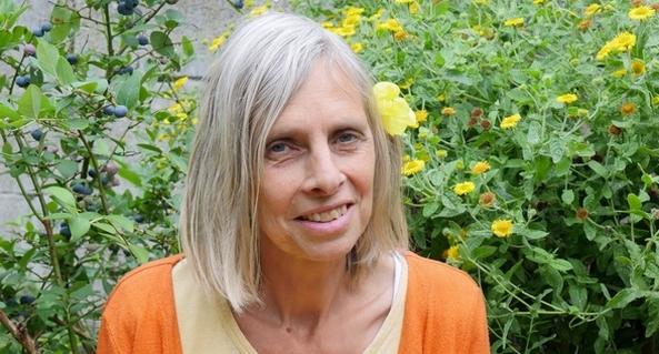 Foto van Leonoor van Beuzekom in haar tuin.