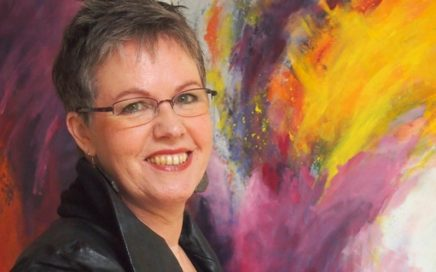 Foto van Loes van Weert voor een kleurrijk kunstwerk.