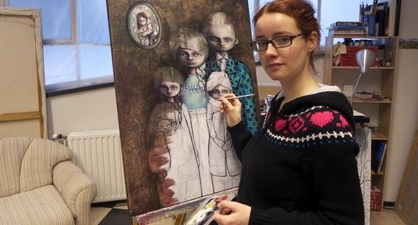 Foto van Lotte Teussink bij een van haar kunstwerken.