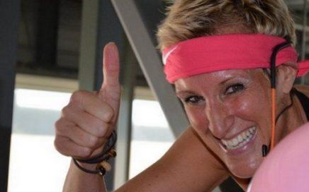 Foto van Margot Huysmans tijdens spinning marathon voor Pink Ribbon.