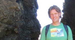 Foto van Niels Bagchus bij een rotspartij.
