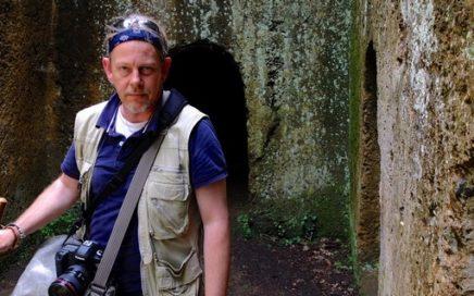 Foto van Peter van der Heide bij een Etruskische graftombe.
