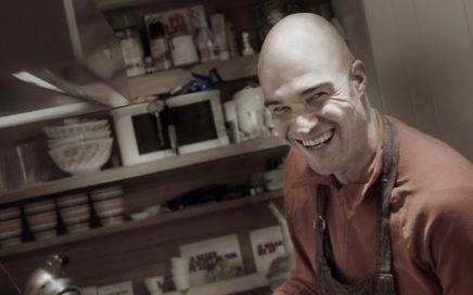 Foto van René van der Veer in zijn keuken.