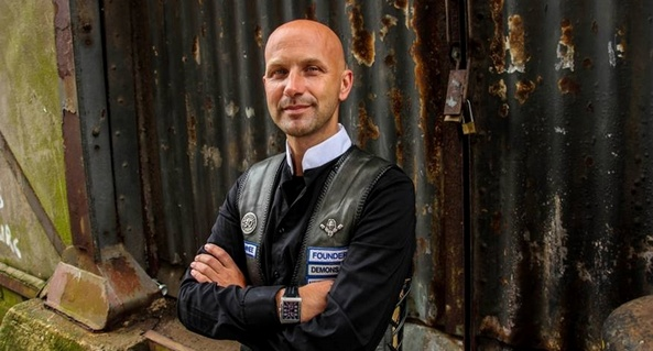 Foto van Robert van den Bout in motorvest en domineeboord.