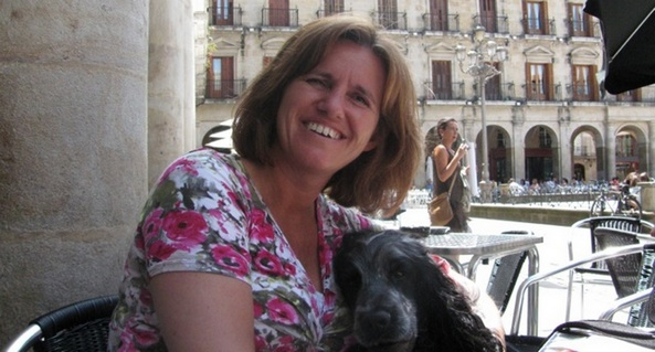 Foto van Stephanie Vallianatos met één van haar cocker spaniels.